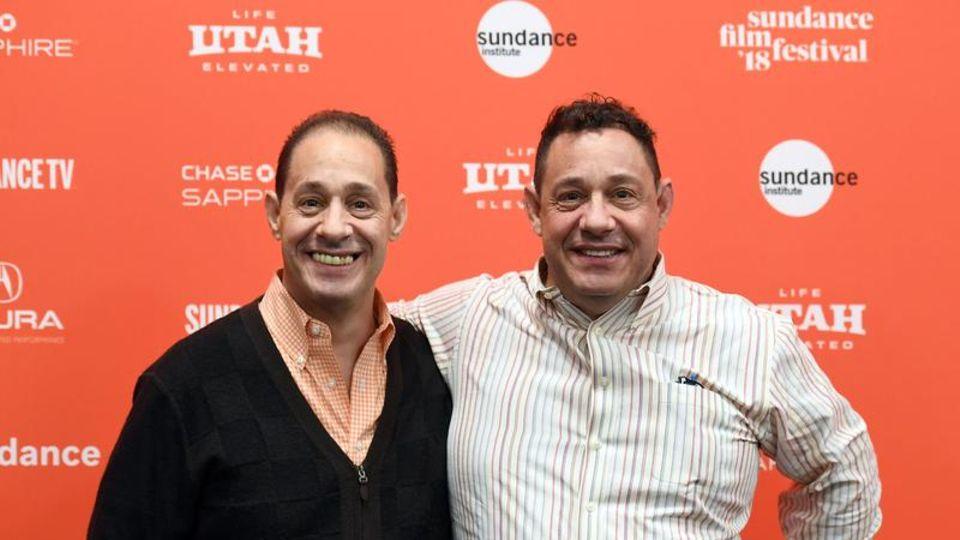 """Robert """"Bobby"""" Shafran und David Kellman bei der Premiere des Dokumentarfilms """"Three Identical Strangers"""" vor einer roten Wand."""