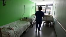 Eine Pflegekraft in einem Krankenhaus
