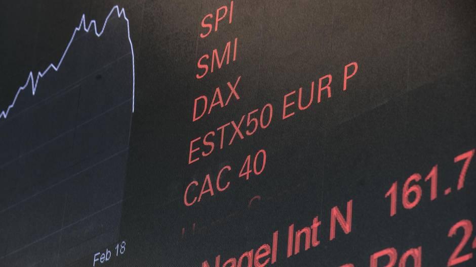 Negative Zahlen auf einer Tafel in der Börse in Zürich.