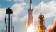"""Die """"Falcon Heavy"""" bei ihrem Start in Cape Canaveral. Elon Musk hatte zuvor von einer 50-prozentigen Wahrscheinlichkeit gesprochen, dass die Rakete explodieren könnte."""