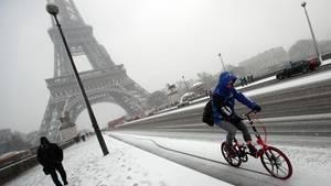 Der Eiffelturm in Paris bleibt wegen Schneechaos geschlossen