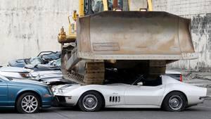 So feiert die philippinische Zollbehörde ihr 116-jähriges Jubiläum:Eine Planierraupe fährt über eine Reihe geschmuggelter Sport- und Luxuswagen.