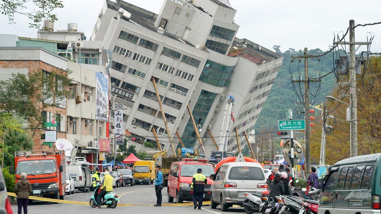 Das Yuntsui Building in Hualien steht nach einem schweren Erdbeben an der Ostküste Tawians schief