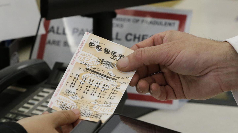 Ein Kunde kauft einen Powerball-Lottoschein