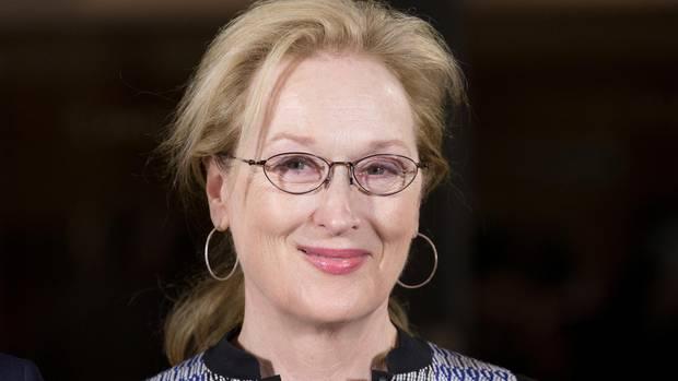 """Meryl Streep wurde in New Jersey geboren. Ihre Karriere begann mit großen Rollen in """"Die durch die Hölle gehen"""" (1978) und """"Manhattan"""" (1979). In den Achtzigern wurde sie dank Filmen wie """"Jenseits von Afrika"""" (1985) zum Weltstar. Mit """"Der Teufel trägt Prada"""" (2006) und """"Mamma Mia"""" (2008) zeigte sie, dass sie auch das Leichte wunderbar beherrscht"""