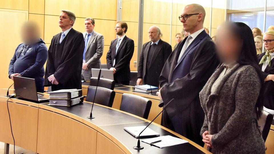 Ein wegen wegen Mordes aus Tötungswillen, Habgier und Heimtücke angeklagter 28-Jähriger (l.) und sein Verteidiger Achim Flauaus sowie eine aus den selben Motiven angeklagte 38-Jährige (r.) mit ihrem Verteidiger Daniel Gönnheimer stehen zu Prozessbeginn am Landgericht auf der Anklagebank