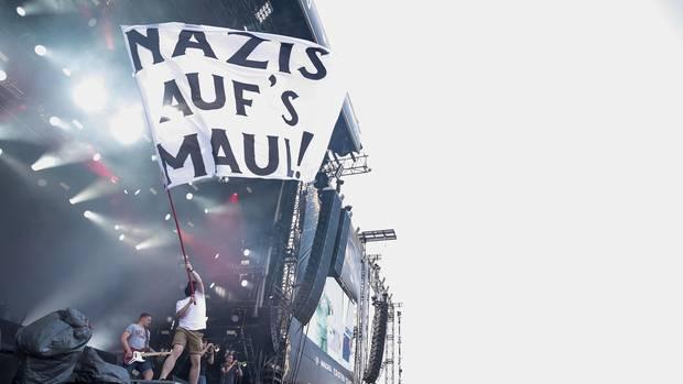 """Klare Ansage: Feine Sahne Fischfilet spielt 2015 bei """"Rock am Ring"""". Für ihr politisches Engagement bekam die Band viel Ärger, aber auch Zuspruch. Justizminister Heiko Maas twitterte nach einem Konzert: """"Tolles Zeichen gegen Fremdenhass und Rassismus"""""""