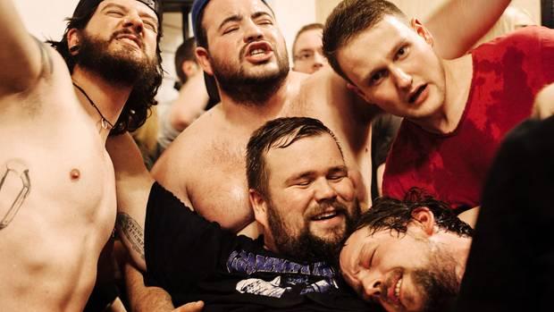 Das muss Liebe sein: Sänger Jan Gorkow nimmt ein Bad in der diesmal kleinen Menge