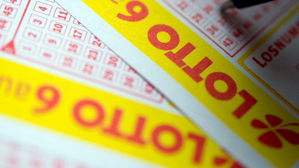 Eine Person füllt einen Lottoschein aus