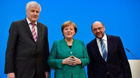 Horst Seehofer, Angela Merkel und Martin Schulz posieren auf der Pressekonferenz