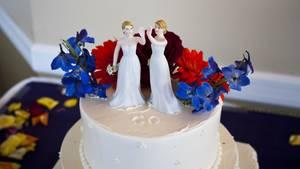 Ein Hochzeitskuchen mit zwei Frauen-Figuren (Symbolbild)