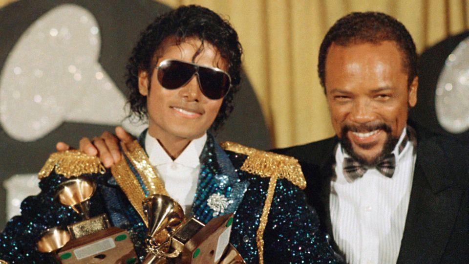 Michael Jackson (l) und Musikproduzent Quincy Jones stehen am 28.02.1984 in Los Angeles (USA) bei den Grammy Awards.