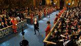 Hochrangige Gäste erwarten in der Royal Gallery die Ankunft der Königin, die berühmten Yeomen stehen Spalier