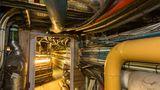Im Maschinenraum der Macht verlaufen Rohre, und Kabel quellen aus der Wand