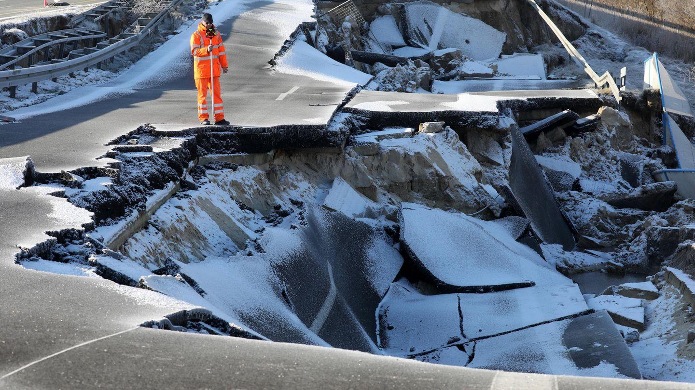 Ein Vermesser vom Landesamt für Straßenbau und Verkehr scannt die Krater. Inzwischen ist die Ostseeautobahn bei Tribsees auf einer Länge von 95 Metern abgesackt.