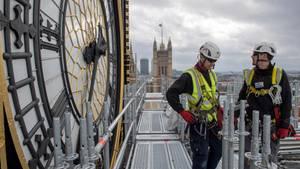 Gerüstbauer am Elizabeth-Tower in London. Turm und Uhr werden vier Jahre lang überholt. So lange schweigt auch Big Ben