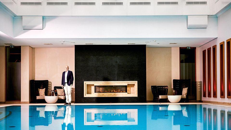 Zech stammt aus einfachen Verhältnissen, heute soll seine Familie 700 Millionen Euro besitzen. Er betreibt unter anderem 22 Hotels, hier steht er am Pool auf Sylt