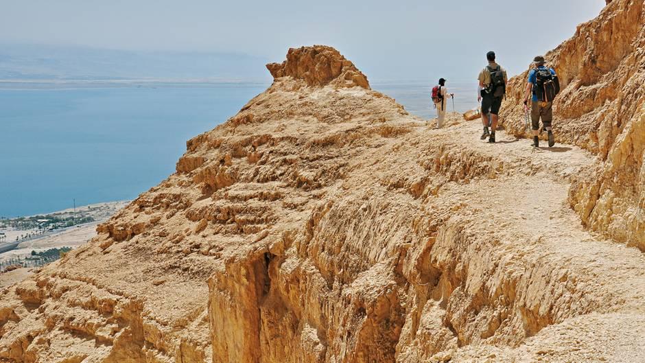 Mount Yisahay: Felspyramide über Ein Gedi und dem Toten Meer  Nördlich der beiden Canyon-Mündungen des Wadi (Nachal) Arugot und Wadi (Nachal) David überragt der Mt. Yishay (Foto) mit 190 Metern Höhe als stumpfe Pyramide die Küstenstraße am Toten Meer und die Oase Ein Gedi. Der Gipfel am Rande der judäischen Wüste bietet einen überwältigenden Rundumblick und einen herrlichen Tiefblick auf das Tote Meer mit der Oase Ein Gedi.  Dauer: 4:30 Stunden