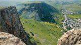 Mount Arbel: Felsmassiv hoch über dem See Genezareth  Im Westen des Sees Genezareth ragt unübersehbar das Kalkmassiv des Mount Arbel auf. Die nördlich gelegene Schlucht des Wadi Hamam (Taubental) bildet zwischen Mt. Arbel und Mt. Nitai eine ebenso auffällige Kerbe. Aus dem Tal bei Hamam bietet der Berg in Kombination mit dem reizvollen Abstieg durch das Taubental eine abwechslungsreiche und anspruchsvolle Rundtour mit bestem Blick auf den knapp 400Meter tiefer gelegenen größten Süßwassersee Israels.  Dauer: 2:30 Stunden