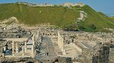 Tel Bet She'an (Tel el Hösn): Erkundungstour in der Ruinen-Stadt  Ungefähr 25Kilometer südlich des Sees Genezareth liegt im nördlichen Stadtrandgebiet von Bet She'an eine der eindrucksvollsten Ausgrabungsstätten Israels. Dort erhebt sich der bronzezeitliche und bereits von Ägyptern besiedelte Tel Bet She'an (Tel el Hösn) oberhalb der zentralen Siedlungsreste einer antiken Großstadt mit einst bis zu 40.000 Einwohnern. Auf einer kurzen Wanderung innerhalb des speziell eingerichteten Nationalparks erkunden wir die geschichtsträchtigen Ruinen und genießen die umfassende Aussicht vom Tel (Ruinen-Hügel).  Dauer: 45 Minuten
