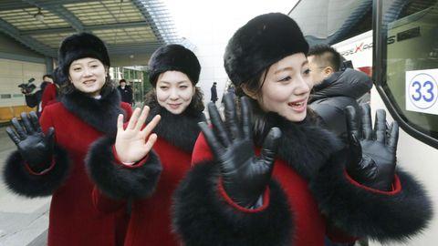 Nordkoreanische Cheerleader winken in die Kamera