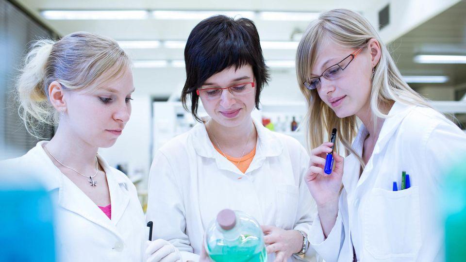 Drei junge Wissenschaftlerinnen im Labor