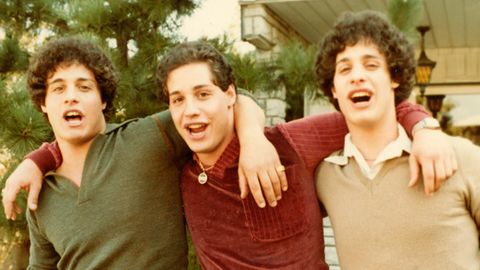 "Filmszene aus ""Three Identical Strangers"" zeigt Bobby. Eddy, David Arm in Arm."