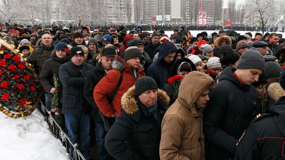 30.000 Menschen sollen den aufgebahrten Sarg besucht haben.
