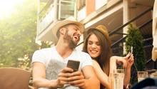 Beim Dating spielt auch das Smartphone eine wichtige Rolle - und zwar nicht nur zum Anbahnen der Dates