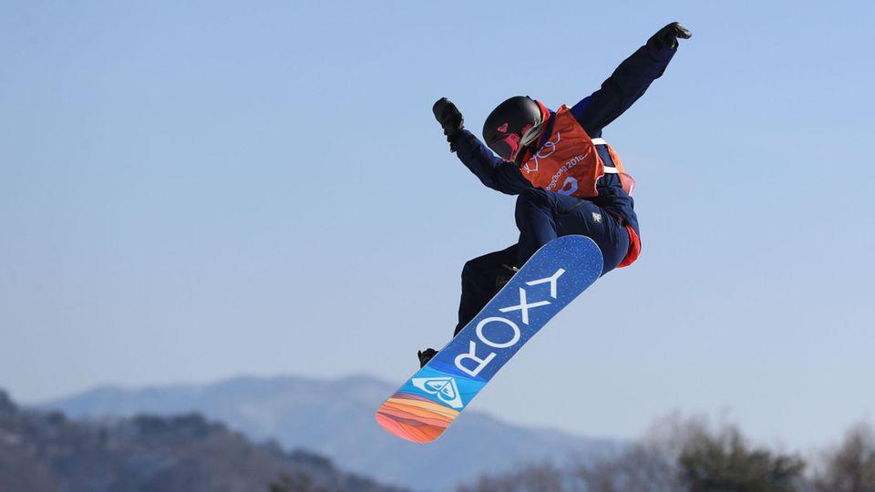 Südkorea, Pyeongchang: Snowboard Slopestyle Training im Bogwang Schnee-Park. Katie Ormerod aus Großbritannien in Aktion.