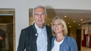 Ein Bild vom 6. Januar 2018: Franz Beckenbauer mit seiner Frau Heidi beim Neujahrs-Karpfenessen im Hotel Kitzhof in Kitzbühel.