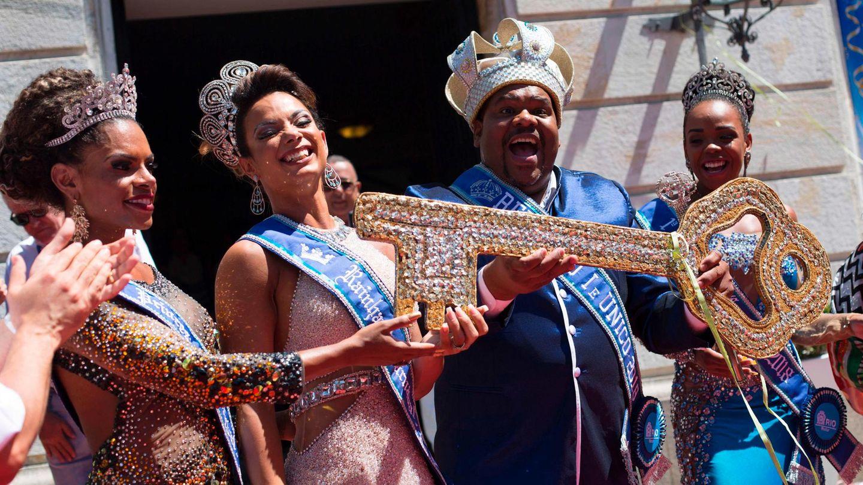 Blaues Kostüm, Krone auf dem Kopf: König Momo hat von Rios Bürgermeister Marcelo Crivella den Stadtschlüssel erhalten. Begleitet wird er vonder Karnevalskönigin und zwei Prinzessinnen.