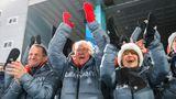 Staatsjubel: Alfons Hörmann, DOSB-Präsident, Bundespräsident Frank-Walter Steinmeier und seine Frau Elke Büdenbender klatschen für Biathletin Laura Dahlmeier bei deren Siegerehrung.