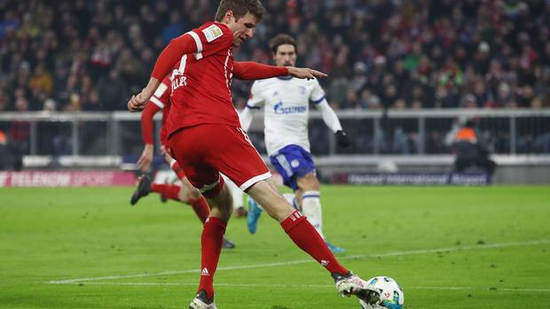 Thomas Müller hat in der Bundesliga mit einem sehenswerten Treffer das 2:1 für den FC Bayern München gegen Schalke 04