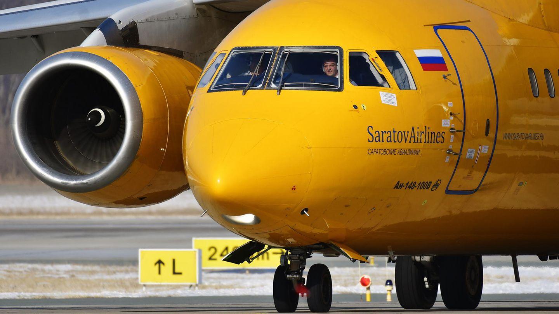 Eine Maschine vom Typ Antonow An-148 von Saratov Airlines, ein zweistrahliges Regionalverkehrsflugzeug mit Platz für 75 Passagiere.