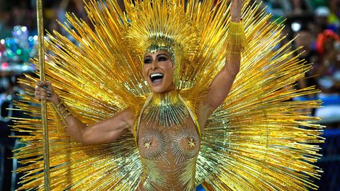 Die Sambaschulen ziehen an zwei Tagen durch das Sambódromo in Rio de Janeiro.