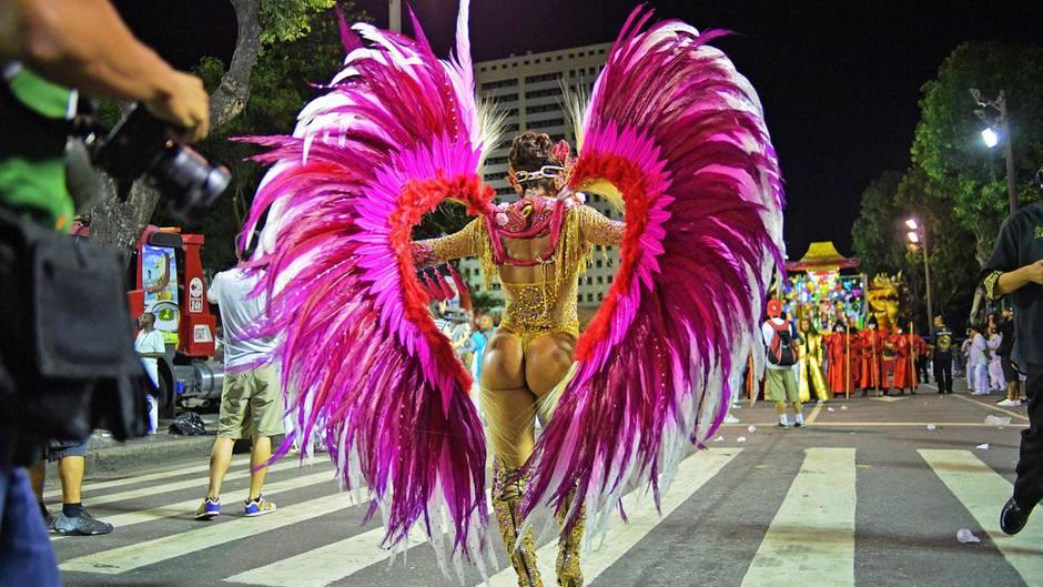 Die heiße Phase des brasilianischen Karnevals hat begonnen: Jeweils am Sonntag- und Montagabend zeigen die besten Sambaschulen des Landes ihr Können.