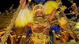 Pailletten, Glizer und viel Silikon sind wichtige Zutaten für das Defilee der Sambagruppen in Rio.