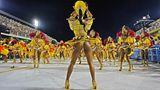 Ganz in gelb zeigen sich die Tänzerinnen der SambaschuleSao Clemente im Sambódromo.