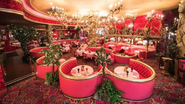 """Man muss sich nicht gleich in ein Zimmer einmieten, es reicht auch ein Snack im pinken """"Gold Rush Steakhaus"""", um sich einen ersten Eindruck des Madonna Inn zu verschaffen."""