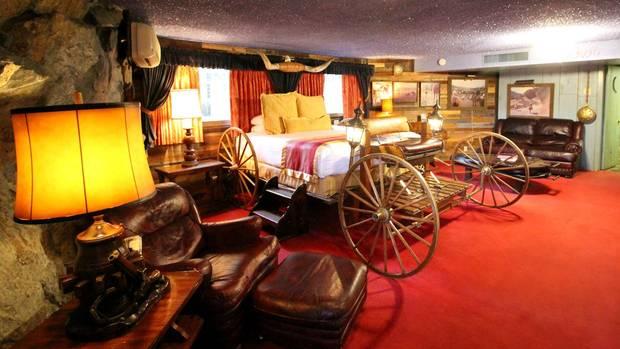 """Im Zimmer """"Yahoo"""" kommt das Bett als Kutsche daher. Das Interieur soll an die Cowboy-Zeit erinnern - nicht an die viel jüngere Internetfirma. """"Don't confuse with yahoo.com"""", heißt es auf der Homepage."""
