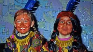 Diese Kinder haben sich zu Karneval als Indianer verkleidet