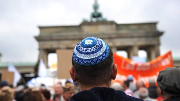 Ein Jude steht vor dem Brandenburger Tor in Berlin
