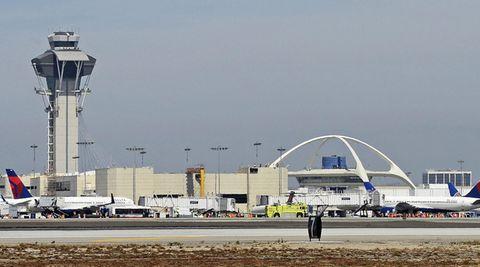 Der Tower auf dem Los Angeles International Airport mit dem auf Stelzen stehenden Restaurantweiter rechts im Bild
