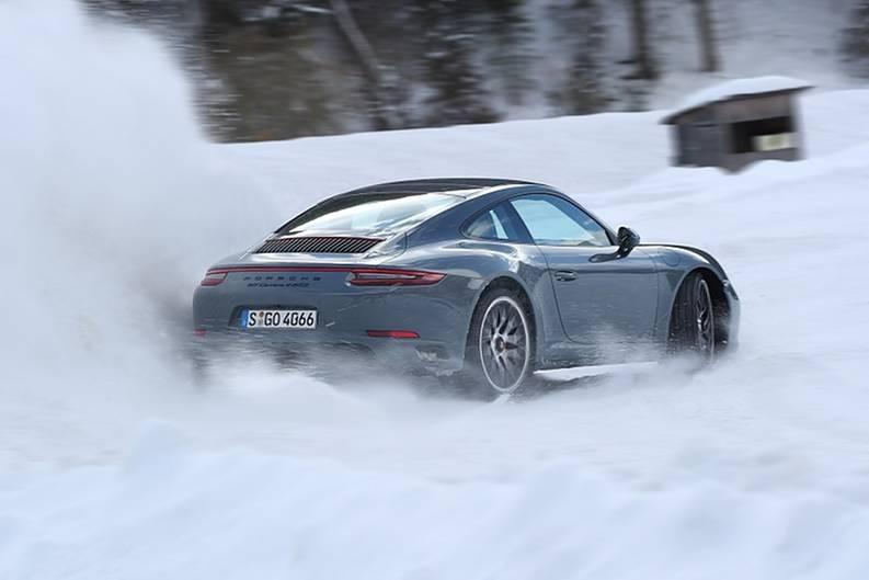 Bei Fahrzeugen mit Hinterradantrieb ist das Heck auf Schnee sehr aktiv