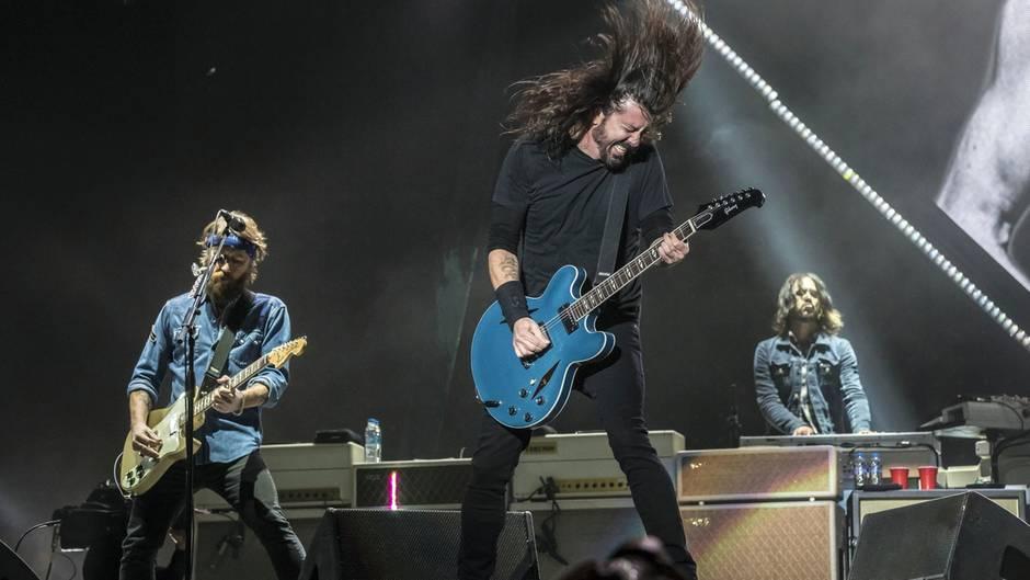 Die Rockband Foo Fighters live bei einem Konzert auf der Bühne