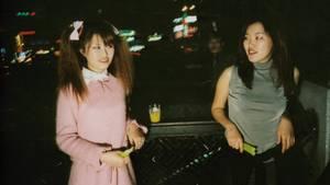 Zwei junge Koreanerinnen in Party-Outfits auf einer Feier in Seoul