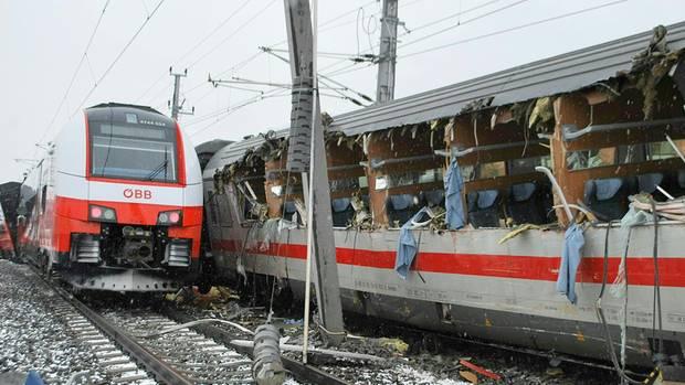 Bei dem Zugunglück wurde die Flanke eines deutschen Eurocity-Zuges aufgeschlitzt