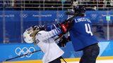 Zupackend: Im Frauen-Eishockey geht es nicht friedlicher zu als bei den Männern. Das beweist in diesem Fall die Finnin Rosa Lindstedt (r.), die die US-Amerikanerin hart anpackt.