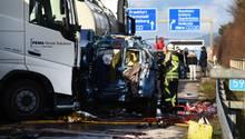 Wie viele Menschen bei dem schweren Unfall auf der A5 gestorben sind, konnte die Polizei bislang nicht sagen
